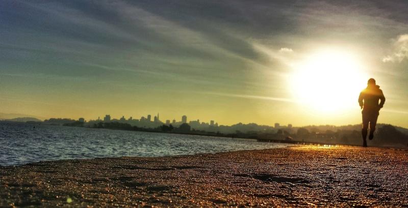 Dzień Dobry z brzegu Pacyfiku z Panoramą San francisco o poranku